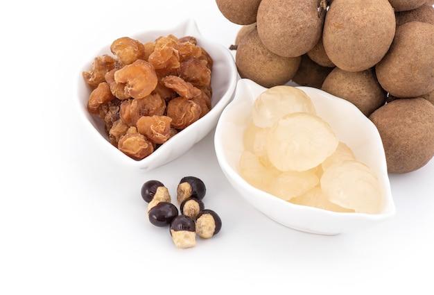 Vers en gedroogd longan fruit en zaden geïsoleerd op wit