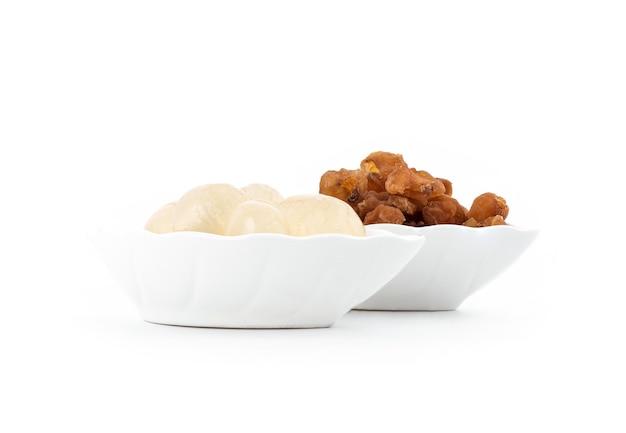 Vers en gedroogd longanvruchten die op wit worden geïsoleerd.