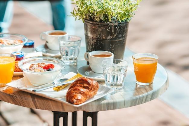 Vers en heerlijk ontbijt op het terras in de europese stad