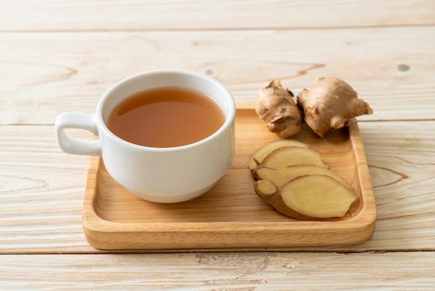 Vers en heet gembersapglas met gemberwortels. gezonde drankstijl