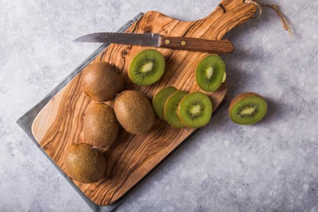 Vers en sappig kiwifruit op snijplank