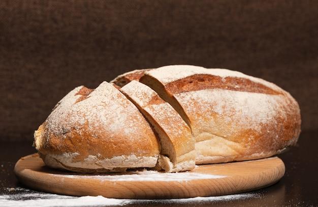 Vers en smakelijk brood op een houten bord.
