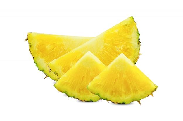 Vers fruit, biologische ananas met ananas met de helft en plakjes geïsoleerd