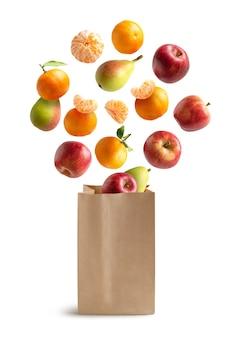 Vers fruit dat uit een recyclebare papieren zak vliegt.