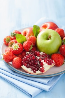Vers fruit en bessen. aardbei, appel, granaatappel