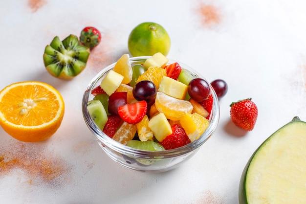 Vers fruit en bessensalade, gezond eten.