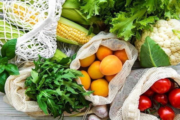 Vers fruit en groenten in eco katoenen tassen