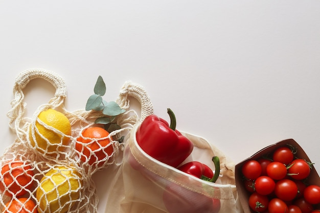 Vers fruit en groenten in eco wegwerp biologisch gebruiksvoorwerp