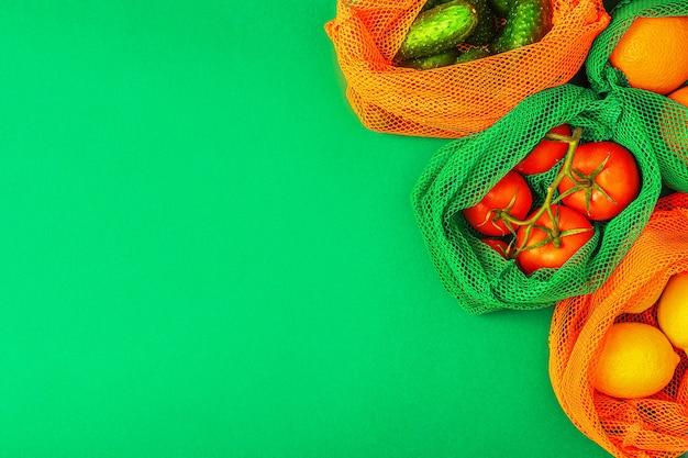 Vers fruit en groenten in herbruikbare mesh-tassen van textiel, milieuvriendelijk winkelen, zero waste-concept.