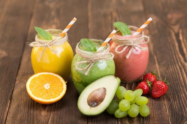 Vers fruit en pot met smoothie op keukentafel