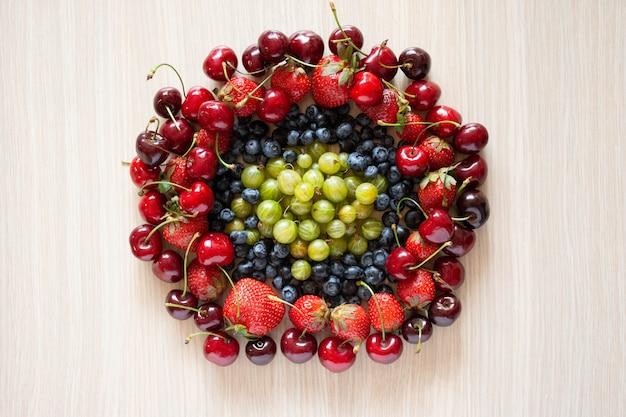 Vers fruit in cirkelframe. natuurvoedingconcept, hoogste mening