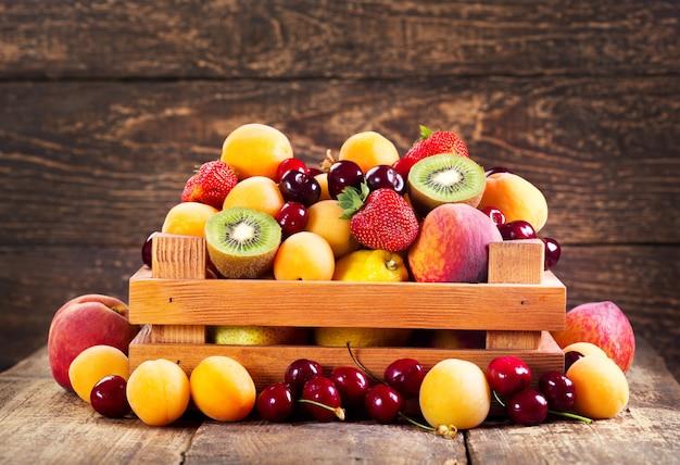Vers fruit in houten kist