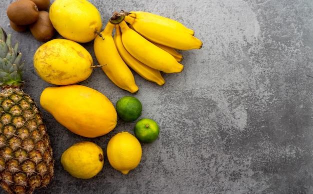 Vers fruit op betonnen ondergrond bovenaanzicht