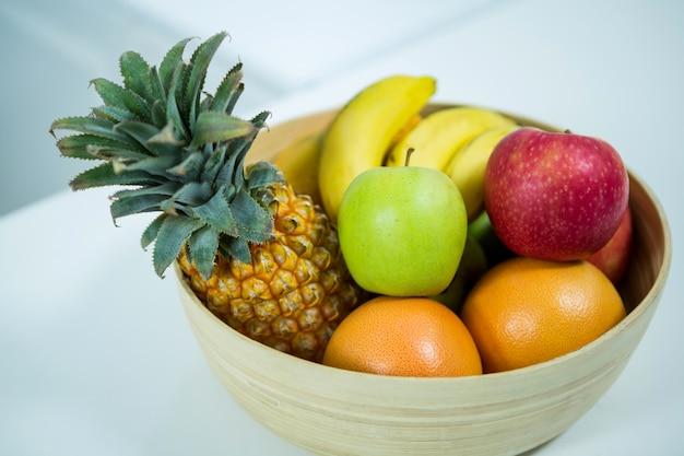 Vers fruit op de keukentafel