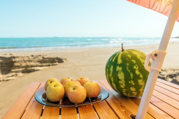 Vers fruit op een bord op het zomerstrand