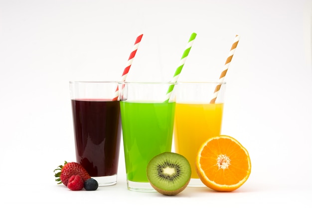 Vers fruit smoothies in glas dat op witte oppervlakte wordt geïsoleerd