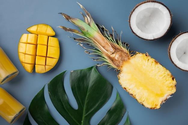 Vers fruit tropische compositie set, op blauwe getextureerde zomer achtergrond, bovenaanzicht plat lag