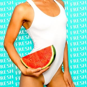 Vers fruit vibes. meisje in wit lichaam met een watermeloen.