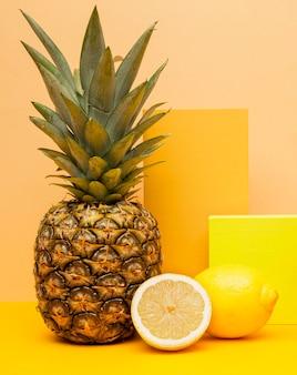 Vers fruit voor smoothie op het bureau