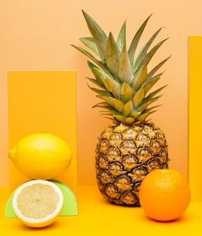Vers fruit voor smoothie op tafel