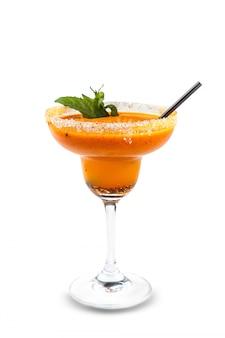 Vers fruitige alcoholische drank, likeur met stro, aardbei, kers en munt