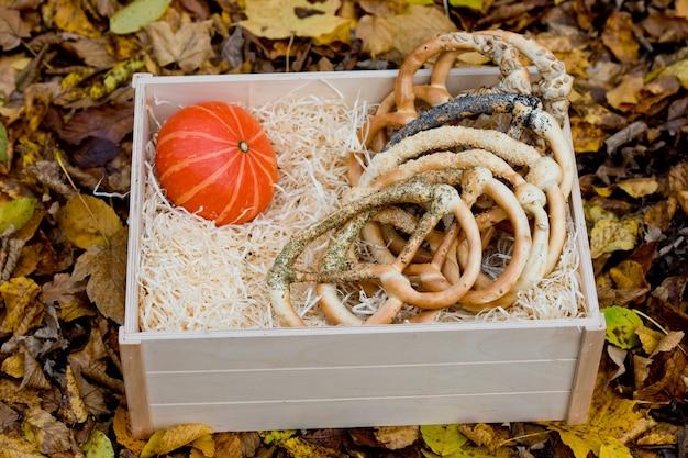 Vers geassorteerde pretzels in een houten doos.