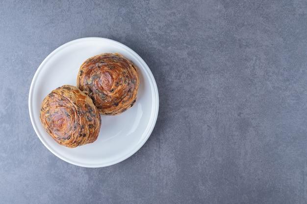 Vers gebak gogal op een bord op marmeren tafel.