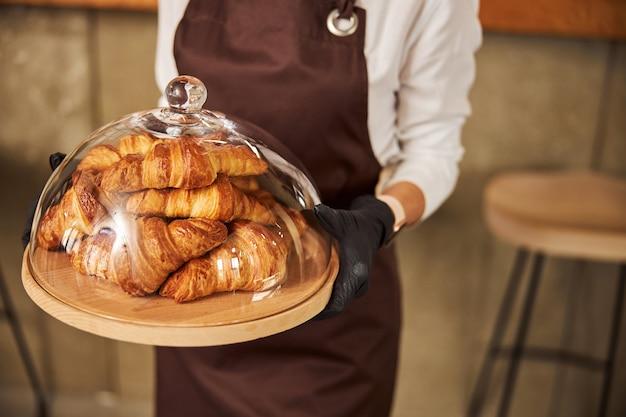 Vers gebak in de bakkerij onder de glazen deksel