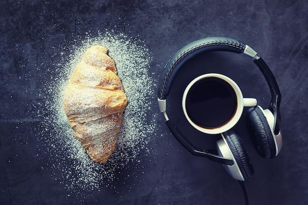 Vers gebak op tafel. croissant met franse smaak als ontbijt.