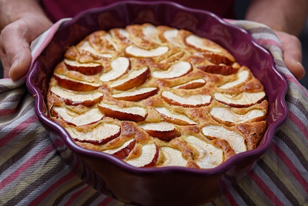 Vers gebakken appeltaart in man's handen