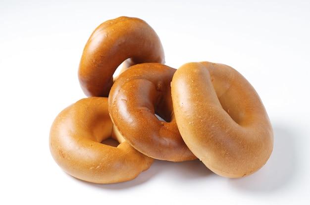 Vers gebakken bagels op witte achtergrond close-up