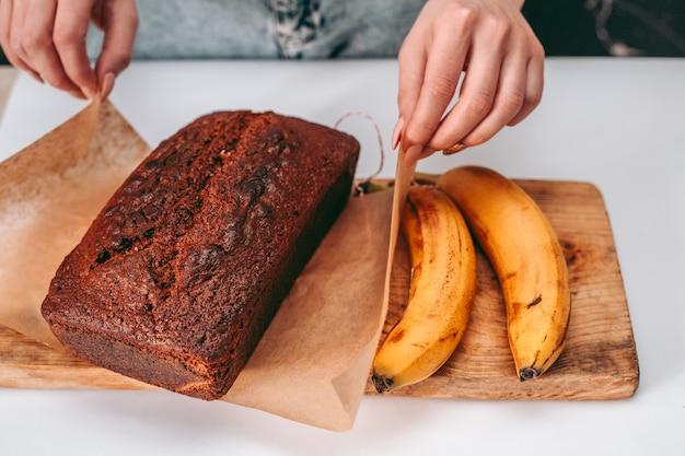 Vers gebakken bananenbrood in de keuken