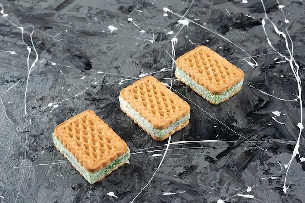 Vers gebakken belgische wafels geïsoleerd op een marmeren oppervlak
