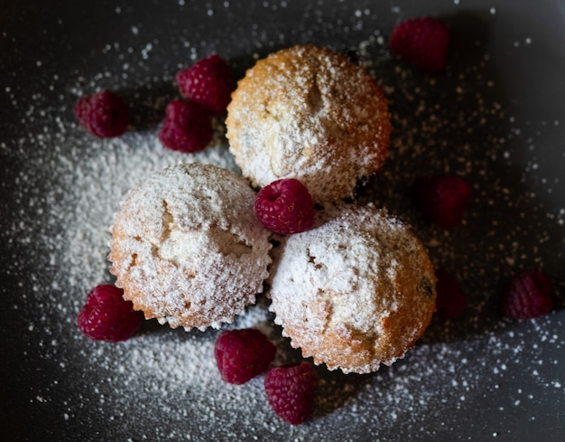 Vers gebakken bosbessen-frambozenmuffins