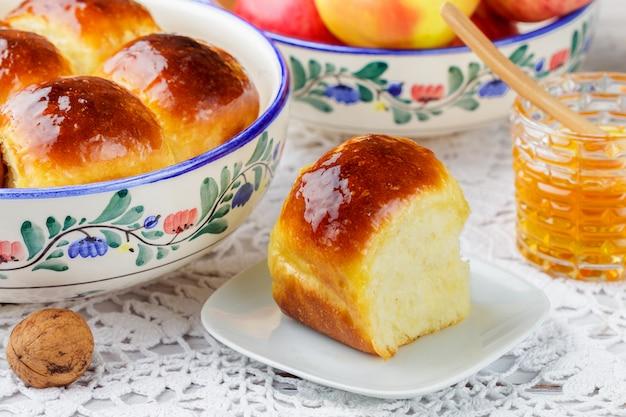 Vers gebakken brioche broodjes met honing