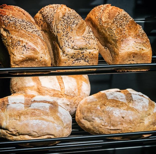Vers gebakken brood en bakkerijproducten op het aanrecht