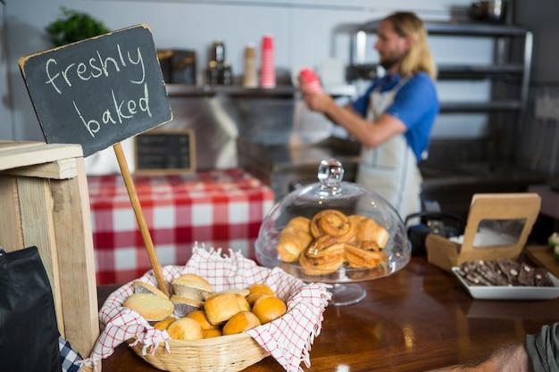 Vers gebakken brood in rieten mand bij vertoningsteller