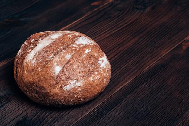 Vers gebakken brood op een bruine houten tafel