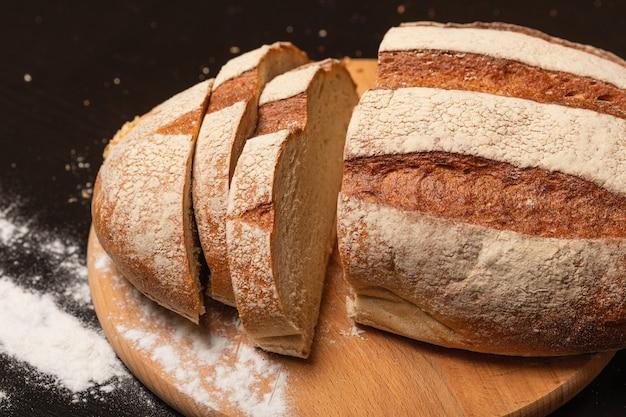 Vers gebakken brood op een zwarte keukentafel, bovenaanzicht