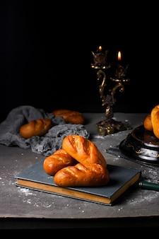 Vers gebakken brood op het boek