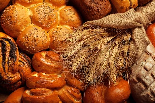 Vers gebakken brood op houten tafel