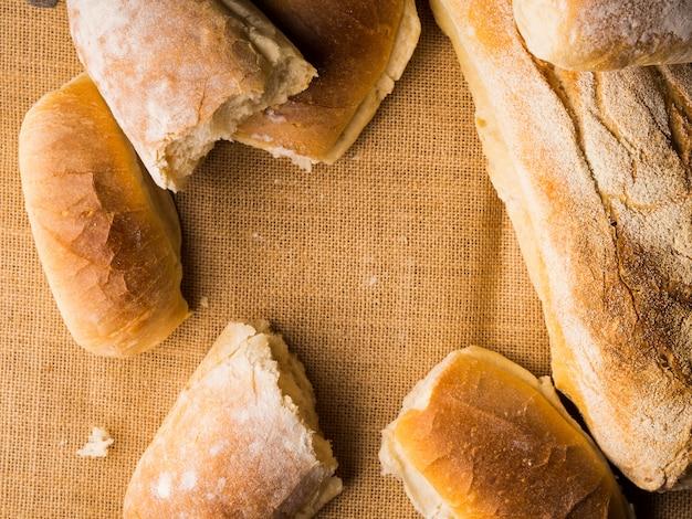 Vers gebakken brood op jute donkere houten