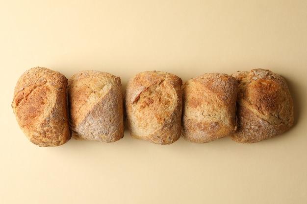 Vers gebakken broodjes op beige, bovenaanzicht