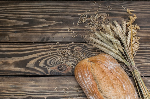 Vers gebakken broodproducten op houten achtergrond