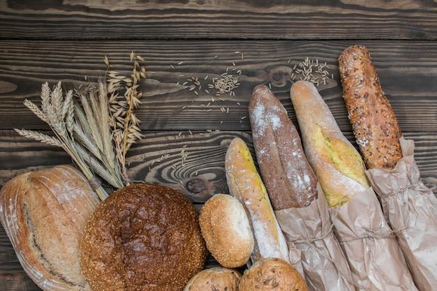 Vers gebakken broodproducten op houten lijst