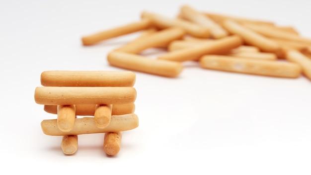 Vers gebakken broodstengels, geïsoleerd op een achtergrond met een plek om te kopiëren