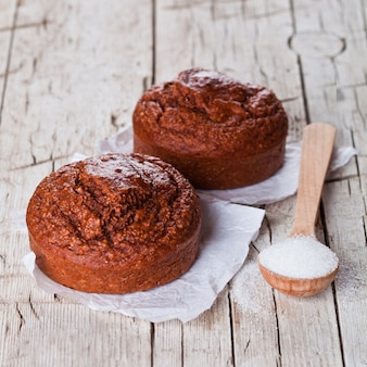 Vers gebakken browny cakes en suiker