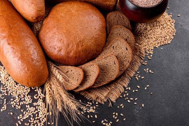 Vers gebakken bruin brood. vers gebakken traditioneel brood.