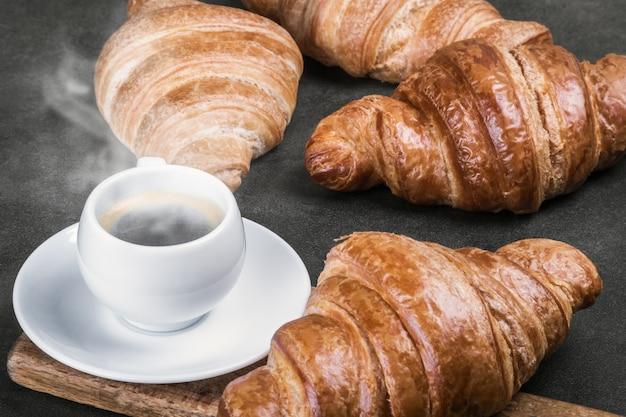 Vers gebakken croissants en een kopje koffie op tafel