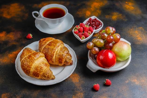 Vers gebakken croissants met frambozenjam en frambozenfruit